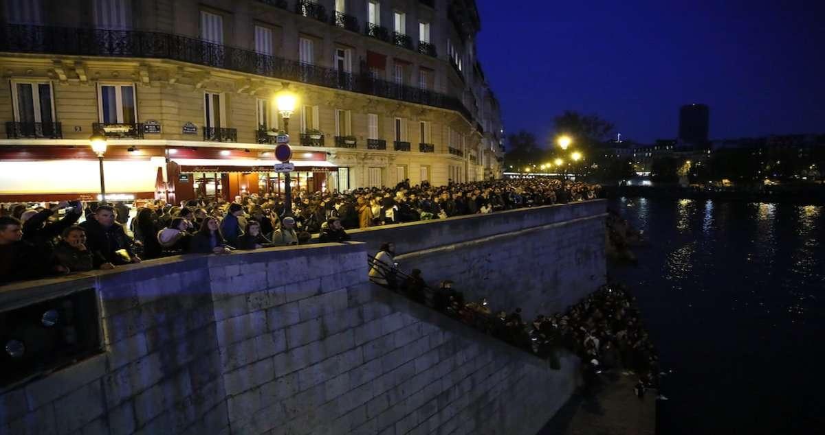 incendio di Notre-Dame gente che assiste